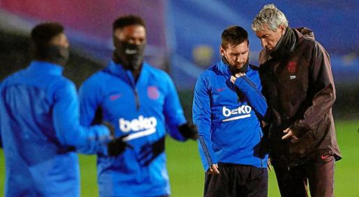 Leo Messi y Quique Setién, durante un entrenamiento del F.C. Barcelona.
