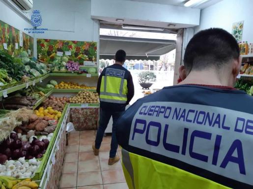 Los agentes se personaron en las fruterías y detuvieron a su propietario.