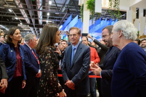 La reina Letizia conversa con el CEO de Meliá Hoteles Internacional, Gabriel Escarrer.