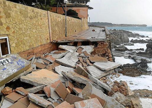 El paseo de Cala Gat, en Cala Rajada, destrozado por el temporal.