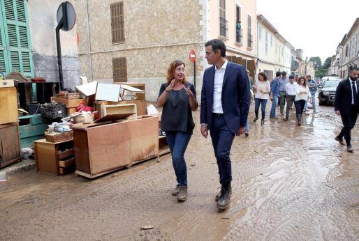 El presidente del Gobierno, Pedro Sánchez , junto a la presidenta de Baleares, Francina Armengol, durante su pasada visita a la zona afectada de Sant Llorenç.