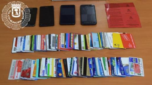Imagen de las tarjetas y los móviles intervenidos