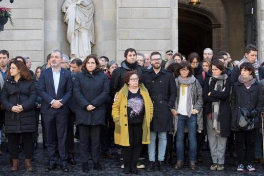 Los trabajadores del Ayuntamiento de Barcelona, presididos por su alcaldesa, Ada Colau (3i), guardaron este mediodía un minuto de silencio por la muerte ayer del periodista del Ayuntamiento David Caminada, el cual fue atacado y apuñalado el pasado lunes cuando salía de su trabajo por un hombre al que se le atribuyen otras dos muertes el mismo día.