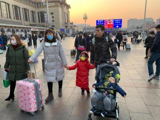 Viajeros en la Estación Central de Ferrocarril de Pekín. Casi todos van con máscaras por el temor al contagio de la neumonía de Wuhan.