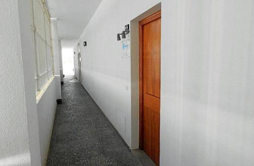 Imagen de la puerta de la sede del PP en Calvià, ubicada en un edificio de despachos.