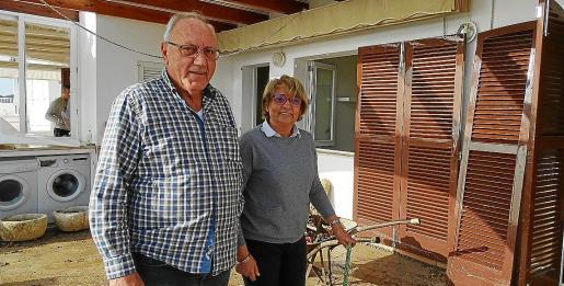 Jaume Monserrat y Apol·lònia Barceló limpiando la terraza de su casa.