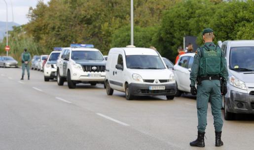 Imagen de un control de la Guardia Civil en una carretera de la Isla.