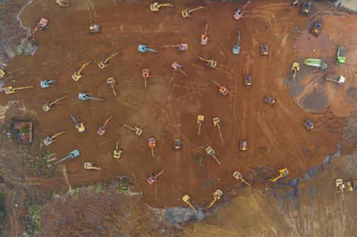 Vista aérea de las excavadoras trabajando a contrarreloj en Wuhan para la construcción en diez días de un hospital para afectados por el coronavirus.