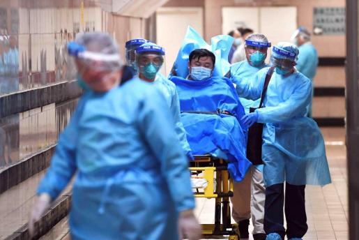 Los médicos atienden a un paciente con coronavirus.
