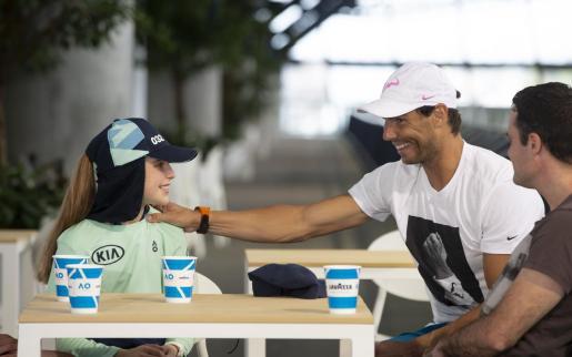 Rafael Nadal le regaló una gorra y charló durante 20 minutos con Anita, la joven recopelotas de 9 años a la que le dio un pelotazo en su partido ante Federico Delbonis.