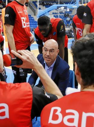 El entrenador del B the travel brand Mallorca Palma da instrucciones a sus jugadores durante un tiempo muerto en Son Moix.