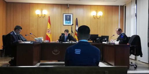 El joven, en el banquillo de los acusados de la sala de lo Penal número 3 de Palma.