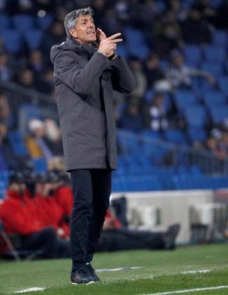 El entrenador de la Real Sociedad, Imanol Alguacil, da instrucciones a sus jugadores durante el partido de dieciseisavos de final de la Copa del Rey que disputó ante el Espanyol este miércoles en el Reale Arena de San Sebastián. EFE/ Javier Etxezarreta Real Sociedad - RCD Espanyol