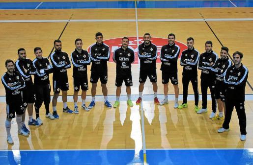 La plantilla del Palma Futsal posa sobre el parquet de Son Moix.