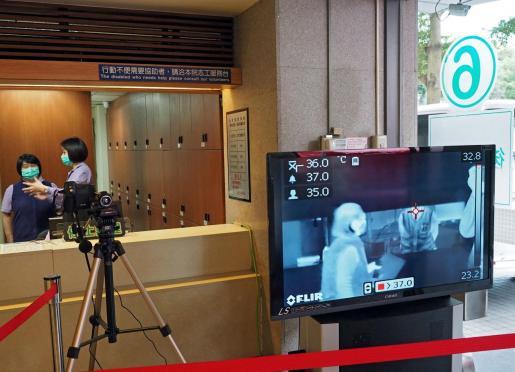 Un escáner termal mide la temperatura corporal en un hospital de Taipei, Taiwan.
