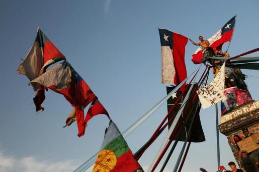 Un hombre muestra una bandera de Chile durante las protestas.