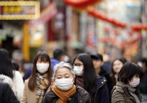 Un grupo de visitantes lleva máscaras durante la celebración del Año Nuevo Chino en Japón.