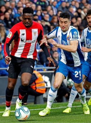 El delantero del Athletic de Bilbao Iñaki Williams, y el jugador del Espanyol Marc Roca, durante el partido.