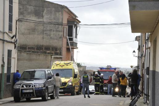 La calle Sant Josep de Vilafranca fue cortada para que los equipos de emergencias pudieran trabajar.