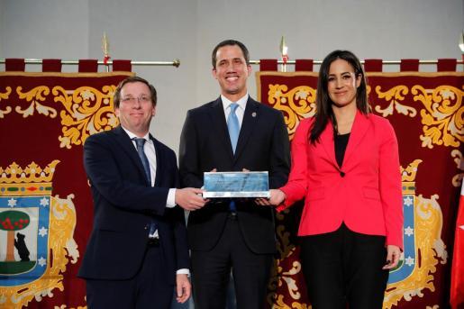 El presidente encargado de Venezuela, Juan Guaidó, junto al alcalde de Madrid, José Luis Martínez-Almeida, y la vicealcaldesa, Begoña Villacís, tras recibir este sábado la Llave de Oro de la ciudad , en el Ayuntamiento de Madrid.