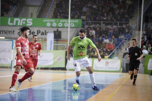 Tomaz controla el balón ante la presión de un jugador de ElPozo Murcia.