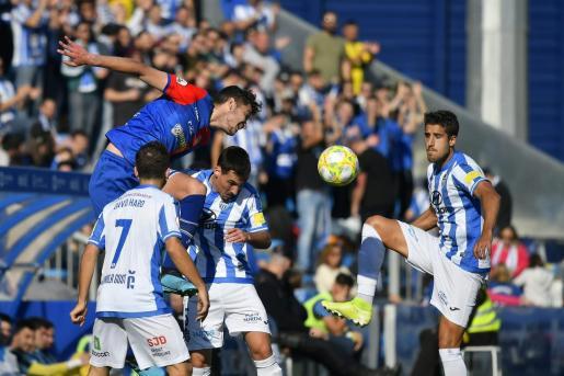 El centrocampista del Atlético Baleares Alberto Villapalos controla un balón durante el partido disputado ante el Langreo en el Estadi Balear.