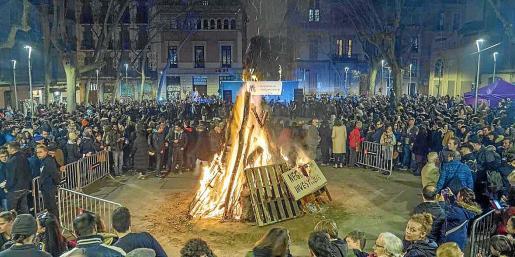 El encendido del 'fogueró' principal dio el 'sus' a una noche con 'dimonis', música y mucha tradición.
