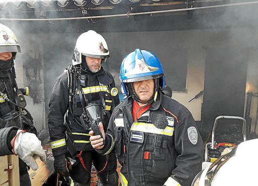 Bomberos de Mallorca, durante la extinción del fuego.