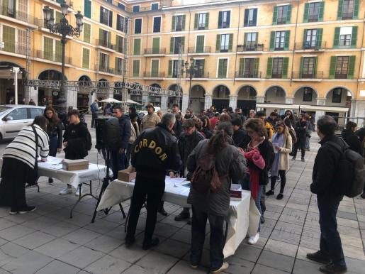 Los participantes, recogiendo la información en la plaza Mayor de Palma.