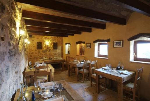 El restaurante Es Castell ocupa un edicio con dos siglos de historia que ha tenido usos tradicionales como cuadra y como taller de la palma o 'llata'.