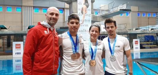 Donald Miranda, Adrián Abadía, Xisca Bauzá y Andreu Jaume, con sus medallas.