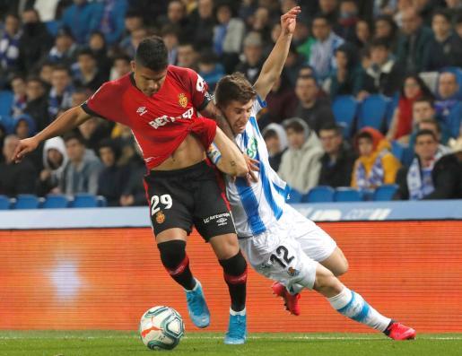 Cucho'Hernández puja por un balón con Aihen Muñoz.