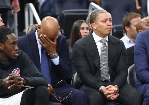Los técnicos de Los Angeles Clippers lloran en el homenaje a Kobe Bryant previo al partido de la NBA contra los Orlando Magic.