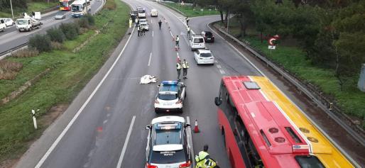 Una mujer ha saltado a la autopista y ha sido alcanzada por uno de los vehículos, que ha acabado volcando.