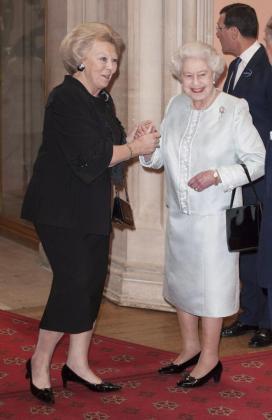 La reina Beatriz de Holanda a su llegada a la celebración del Jubileo de Diamantes de la reina Isabel II de Inglaterra, (d), en el castillo de Windsor, en Windsor, Inglaterra.