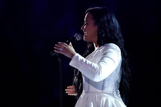 La artista tuvo que detener su interpretación y comenzar de nuevo la balada a piano que interpretó de forma sentida en el centro del auditorio Staples Center de los Ángeles, sede de los 62 Premios Grammy.
