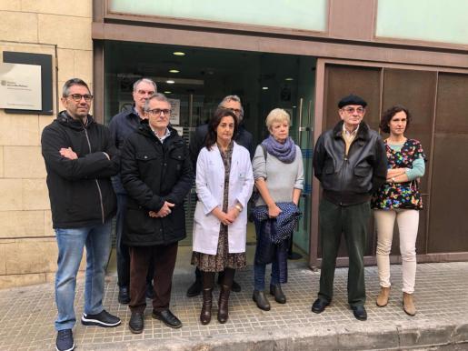 Profesionales y usuarios del centro de Pere Garau, tras la rueda de prensa.