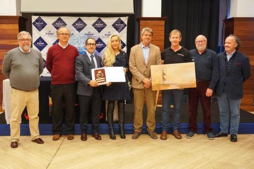 Foto de grupo del acto de entrega de la placa y el cuadro al armador del Trifork.