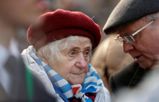 Imagen de una superviviente del Holocausto durante la visita a Auschwitz.