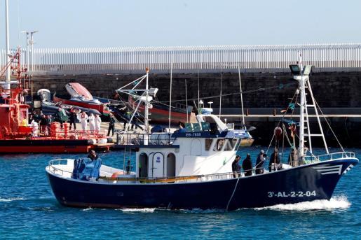 Un barco de pescadores sale del puerto de Tarifa (Cádiz) en busca de los tripulantes desaparecidos del pesquero 'Rúa Mar'.
