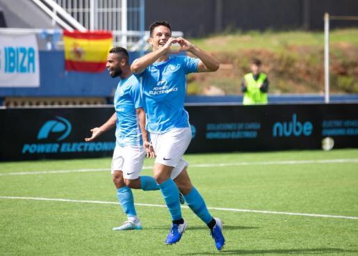 Ángel Rodado celebra un gol con el Ibiza.