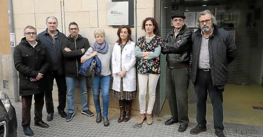 Representantes del Sindicato Médico con profesionales y pacientes del centro de salud.