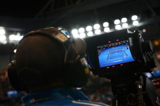 Imagen de la retransmisión del partido entre Rafael Nadal y Nick Kyrgios en los octavos de final del Abierto de Australia disputado en la pista central de Melbourne Park.