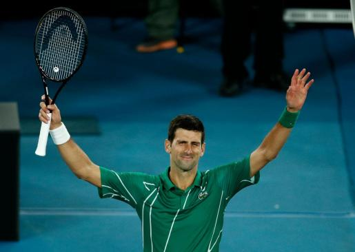 Novak Djokovic agradece el apoyo al público de la Rod Laver Arena del Open de Australia tras superar a Milos Raonic en los cuartos de final del primer grande de la temporada.