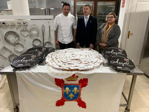 El maestro pastelero Ángel junto al presidente de la Hermandad, José Fernández y Mercedes, con la ensaimada para el rey Felipe VI.
