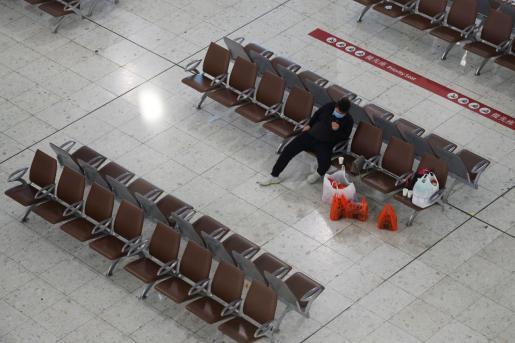 Un pasajero esperando en un aeropuerto de China.