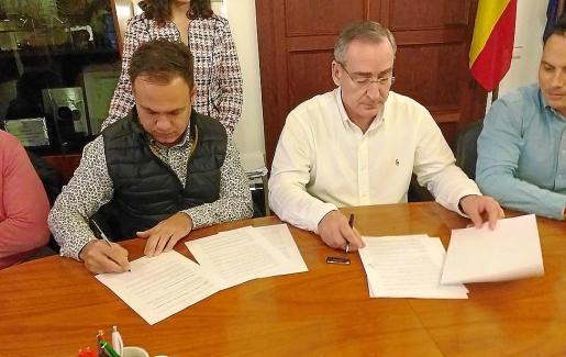Bestard (izquierda) y Simarro firmando el pacto.