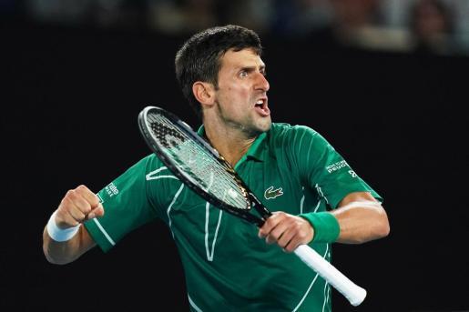 Novak Djokovic celebra la victoria sobre Roger Federer en las semifinales del Abierto de Australia en la Rod Laver Arena en Melbourne Park.