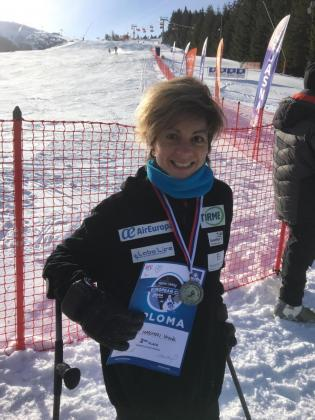 Úrsula Pueyo muestra su diploma y medalla logrados en la Copa de Europa de esquí adaptado.