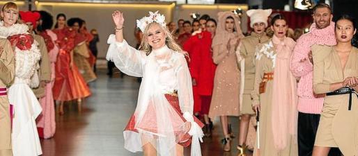 La diseñadora asturiana María Lafuente saluda tras el desfile. A su derecha, en tercera fila, la modelo mallorquina y una de sus musas.